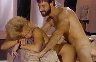 ქალი Kiara Cole ქალის თეთრეული მოსწონს ინსტრუმენტი მიიღოს აბანო.